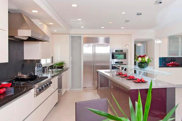 Светлая кухня освещена встраиваемыми потолочными светильниками