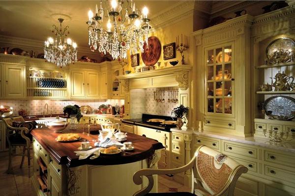 Массивные люстры-свечи в интерьере классической кухни