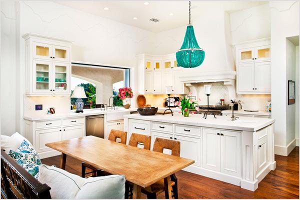 Яркий акцент белой кухни – бирюзовый абажур