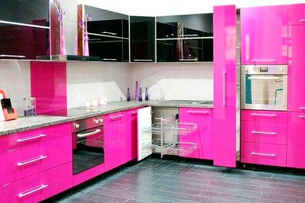 Яркая кухня цвета фуксии в сочетании с черными фасадами