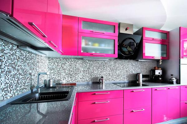 Серо-розовый дизайн кухни