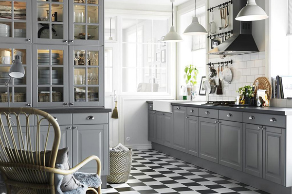 Серый кухонный гарнитур с черно-белым полом