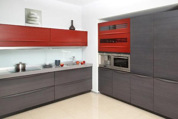 Серая кухня с красными шкафчиками