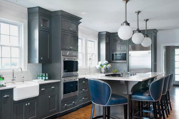 Деревянный пол и светлые стены в сочетании с серым кухонным гарнитуром