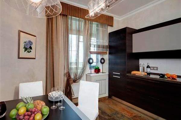 Дизайн шторы с ламбрекеном на кухню с балконом
