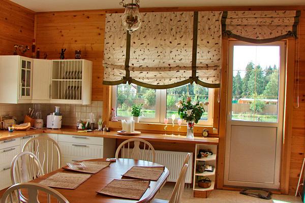 Римские шторы в дизайне кухни с балконом