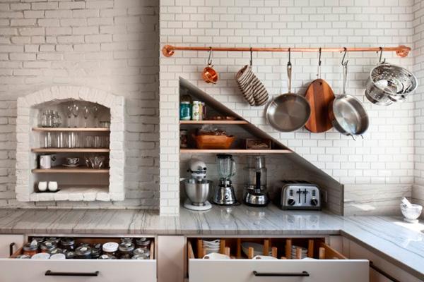 Хранение кухонной утвари: на крючках, на полочках, в стене, в ящиках