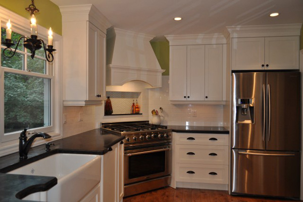Белая угловая вытяжка отлично вписывается в дизайн кухни