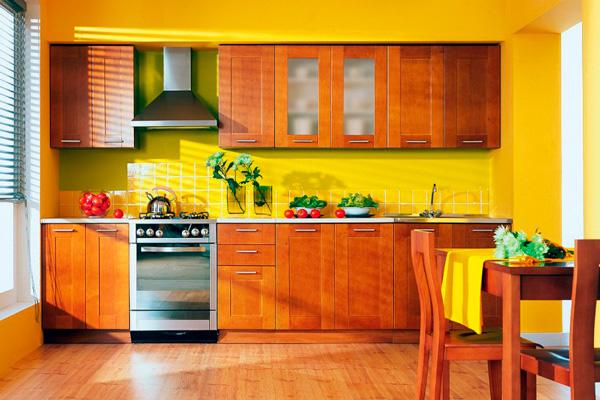 Кухня в одну линию с деревянными фасадами