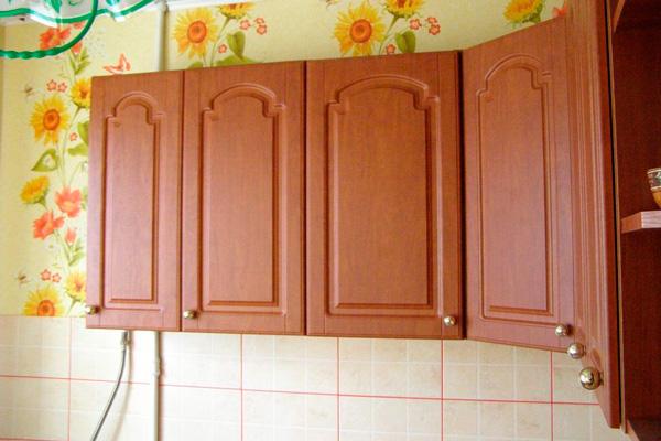 Полукруглое расположение навесных кухонных шкафчиков