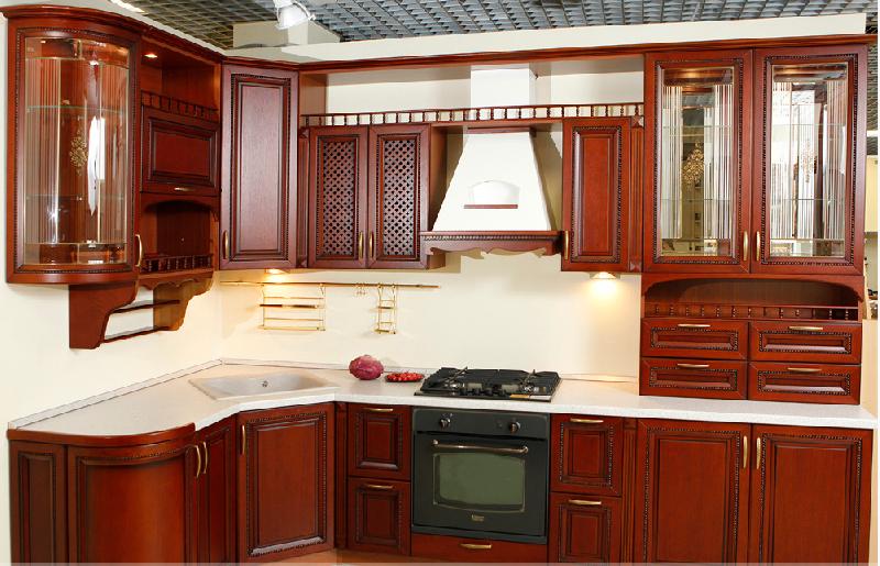 Кухня из массива вишни со стеклянными витражами