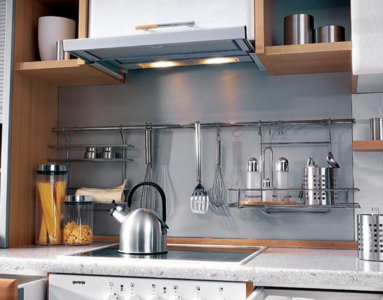 Кухонный гарнитур, дополненный рейлингом